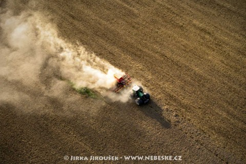 Traktor na poli /J8