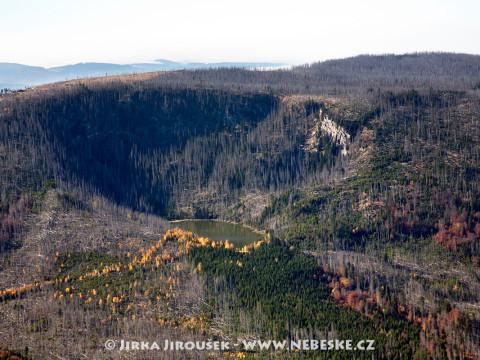 Plešné jezero a kopec Plechý na Šumavě