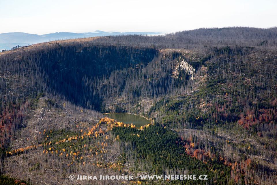 Plešné jezero a kopec Plechý na Šumavě /J728