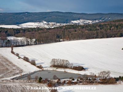 Pičínský rybník s Hluboší v pozadí /J265