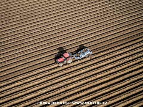 Traktor dělá brázdy pro brambory /J224
