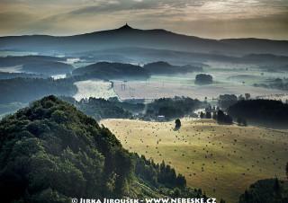Chrastenský vrch a Ještěd na obzoru /J336