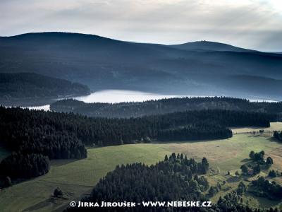 Josefův Důl – vodní nádrž, v pozadí vrch Jizera /J341