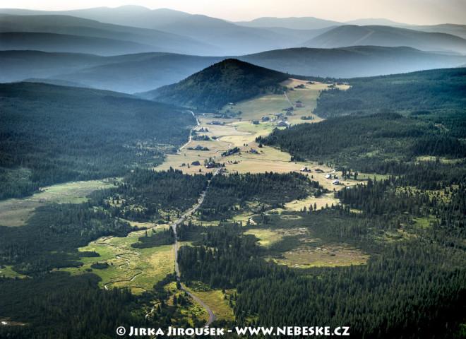 Osada Jizerka, kopec Bukovec, Krkonoše v pozadí /J367