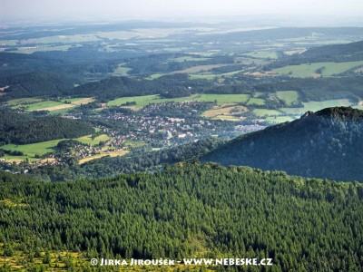 Hejnice a Ferdinandov, vpravo kopec Ořešník /J386