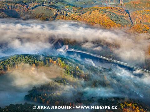 Orlická přehrada a hejno hus