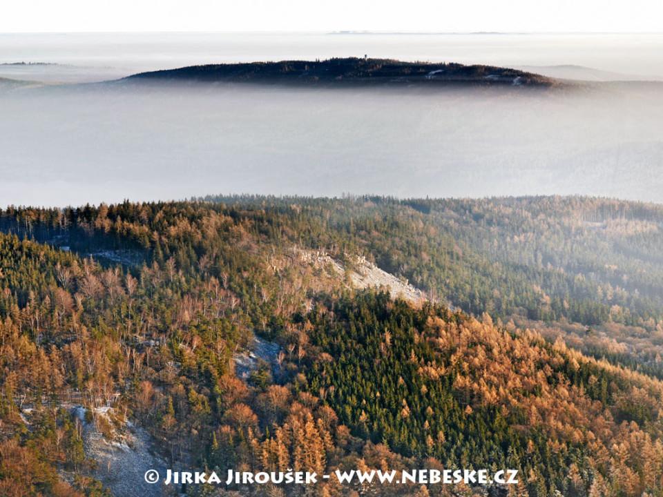 Plešivec a v dáli vrch Písek s radiolokátorem /J262