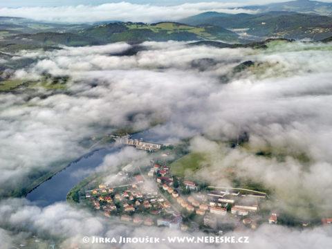 Kamýk nad Vltavou – přehrada a v pozadí Orlík