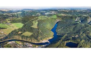 Nebeské pohledy na Středočeský kraj – náhled dvojstrany s panoramou