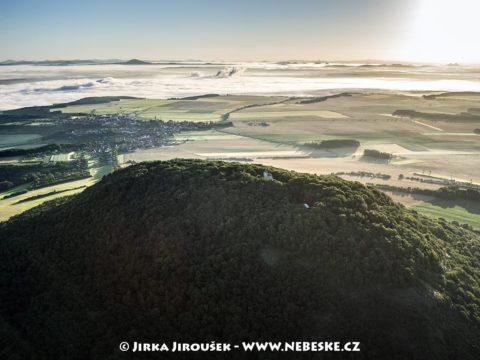 Říp – mlha nad Labem, vzadu CHKO Kokořínsko J1370