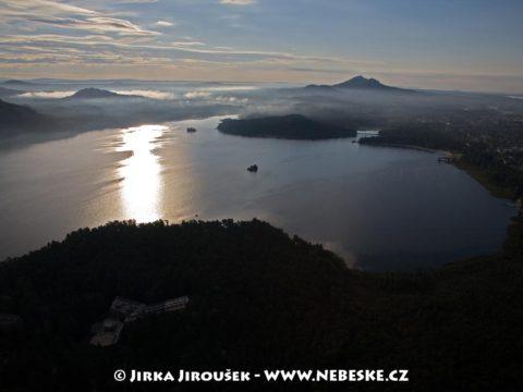 Máchovo jezero od západu, vzadu Bezděz