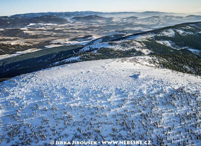 Králický Sněžník – vrchol, v pozadí Hrubý Jeseník J1423