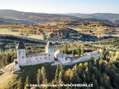 Kašperk na podzim a Kašperské Hory v pozadí J1629