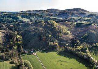 Hostýnské vrchy od Kelče – panorama J1901