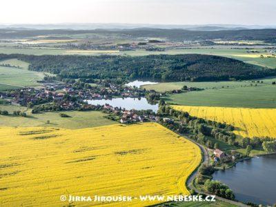 Kotenčice a letiště v pozadí za Chlumem J1994