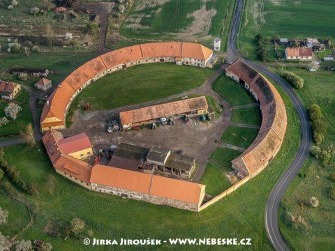 Karlov (Roztoky) – kruhový dvůr J2051