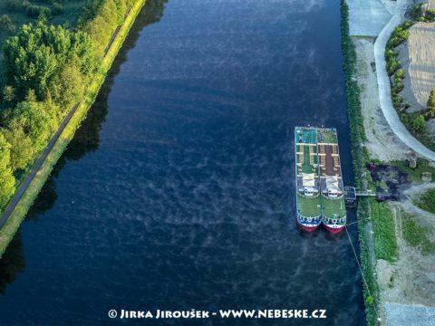 Labe s výletní lodí u Mělníka J2256