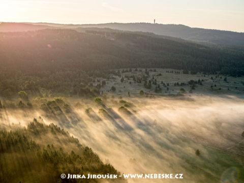 Padrť a vrch Praha v ranním světle, J2944