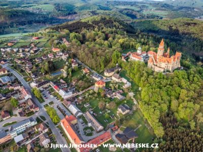 Hrad Bouzov a obec J2893