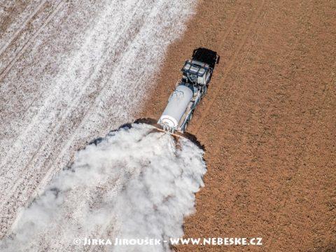 Práškování pole u Toužimi J3104
