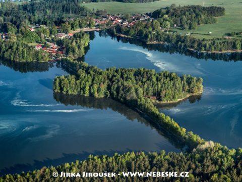 Staňkovský rybník, vlevo Špačkov J3331